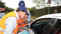 Prefeito conversa com motoristas em blitz educativa para evitar acidentes de trânsito